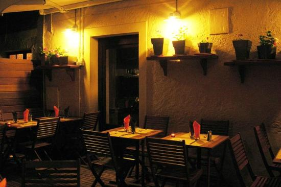 Le Piron: la terrasse sur rue la nuit