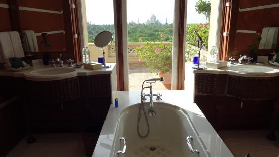 The Oberoi Amarvilas: Taj Mahal view from the bathtub.