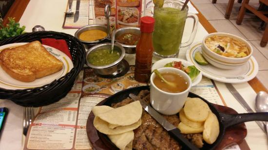 https://media-cdn.tripadvisor.com/media/photo-s/08/ad/71/a5/la-comida-es-excelente.jpg