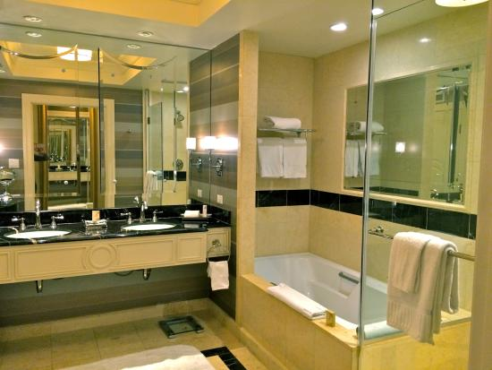 The Palazzo Resort Hotel Casino: bathroom in basic suite at the Palazzo
