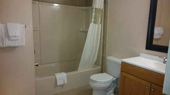 Howard Johnson Express - Springfield: salle de bain, tres propre