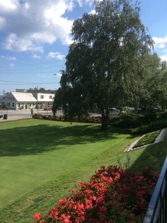 Erie Beach Hotel Cove Dining Room: Beautiful lawns
