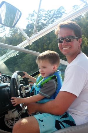 Lake Lure, Carolina del Norte: Teaching the little how to steer the boat. :)