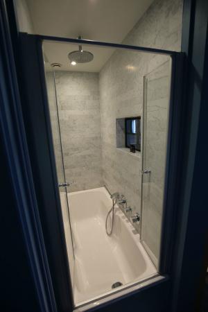 Charming Brugge: Le Bleu de Bruges bedroom: shower