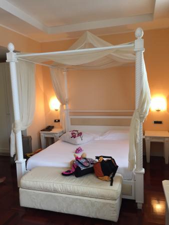 salle d 39 eau spacieuse moderne et propre un lit faire r ver les enfants et une excellente lit. Black Bedroom Furniture Sets. Home Design Ideas