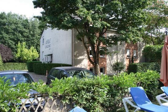 Logis Ariane : Vue de la piscine, parking fermé