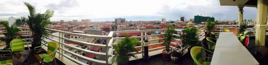 Hang Neak Hotel: View from the rooftop restaurant over Phnom Penh