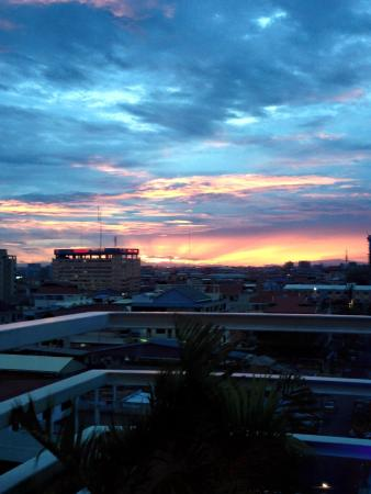 Hang Neak Hotel: Stunning sunset view from the rooftop restaurant