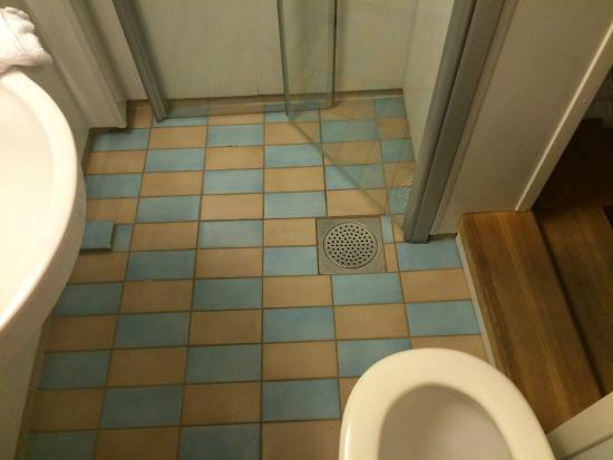 Steens Hotel: Shower while using the toilet!