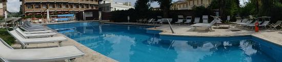 Silva Hotel Splendid: piscina esterna di giorno