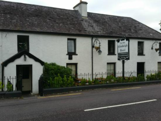 The Glenbeigh Hotel: The hotel road front
