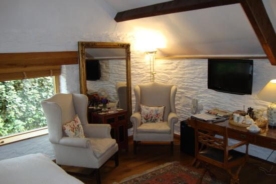 Kerswell Farmhouse : Rooms tastefully furnished
