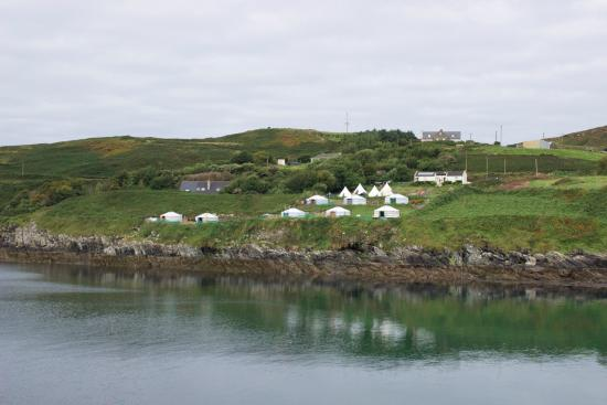 Cape Clear Island, Irlanda: The campsite from across the bay
