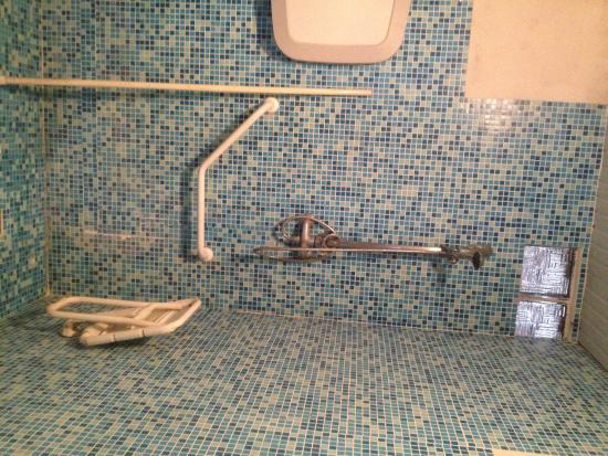 Camping Le Pressoir: douche handicapée avec saleté et rouille
