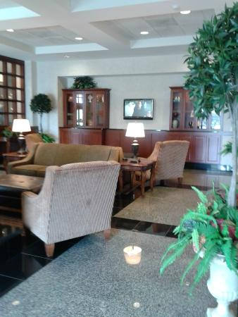 Drury Inn & Suites Findlay: Comfortable sitting area within lobby area