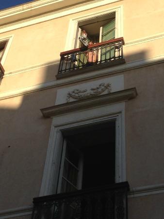 Aurora : Le finestre dell'Hotel sulla piazza principale.
