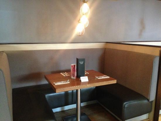 Bunker Bar Restaurant: Booth Table