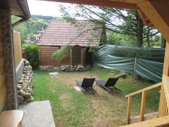 super jardin avec palissade de s paration en bois mdr photo de domaine du haut jardin. Black Bedroom Furniture Sets. Home Design Ideas