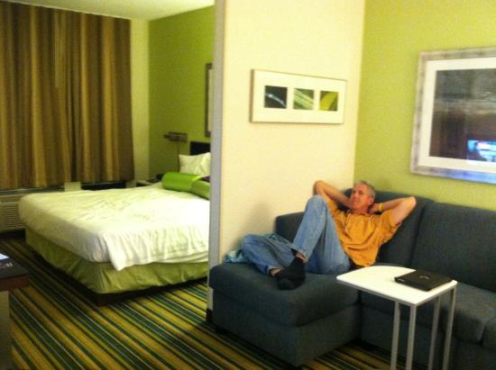 SpringHill Suites Houston Hobby Airport: sitting area separate from bed