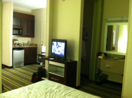 SpringHill Suites Houston Hobby Airport: mini-fridge and microwave in separatearea