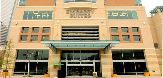 Embassy Suites by Hilton Houston Downtown: Hotel Exterior Closup