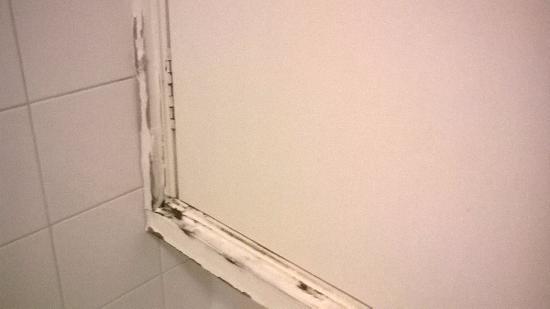 PH Apartment Suites: Cupboard in bathroom