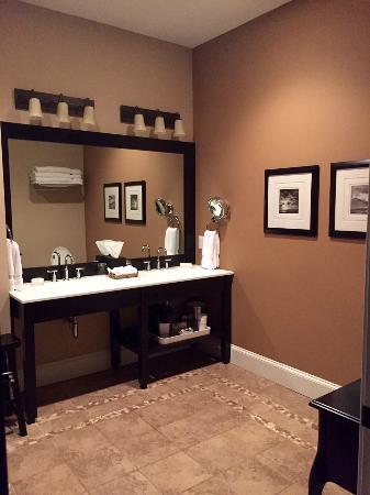 Suites at 249 : Huge bathroom!