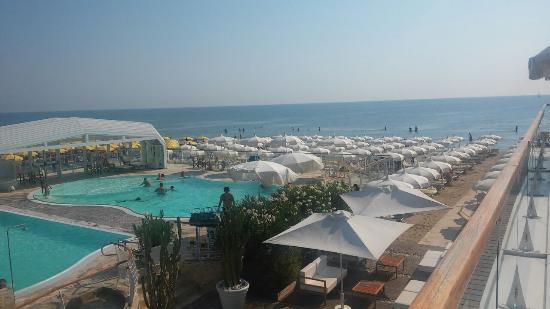 La piscina picture of bagno holiday village milano for Bagno holiday milano marittima