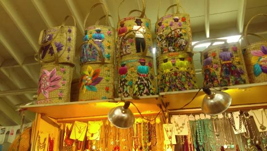 Bahama Craft Centre: Straw Bags