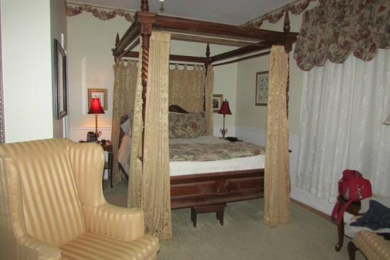Secret Garden Bed & Breakfast Inn: Victoria Rose suite