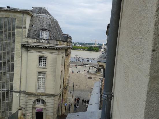 Acanthe Hotel : Vue de la fenêtre de la chambre sur le miroir d'eau