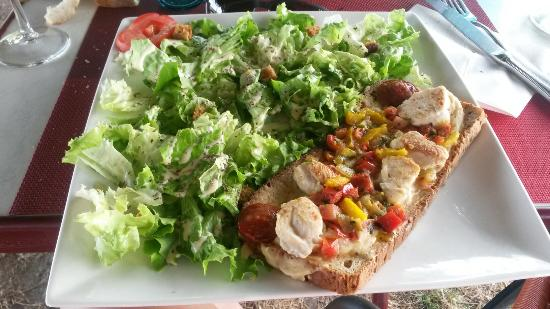 Crissay-sur-Manse, Francia: Tartine poulet chorizo et salade gourmande