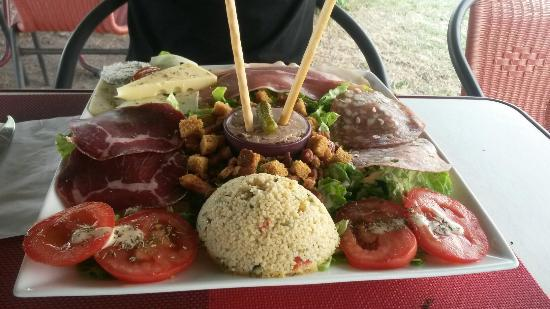 Crissay-sur-Manse, France : Tartine poulet chorizo et salade gourmande