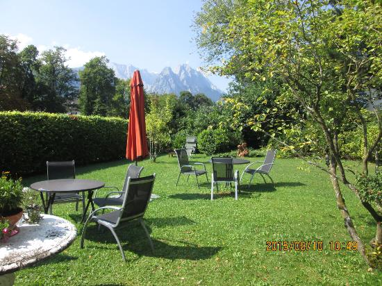 Hotel Aschenbrenner: nicely landscaped grounds with great views of the mountain!