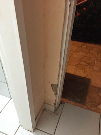 Pousada Hippopotamus: paredes quebradas