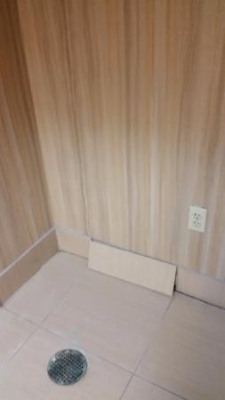 Hampton Inn and Suites North Fort Worth - Alliance Airport: Broken Tile
