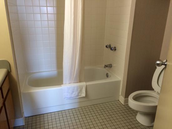 Garfield Suites Hotel : bathroom