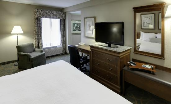 Hampton Inn Hartford / Airport: King Study with Whirlpool