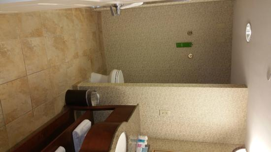 Hampton Inn Easton: Large Bathroom, Nicely Decorated