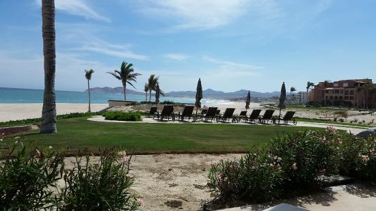Casa Del Mar Beach Condos: Veiw from main hotel/condo pool to beach.