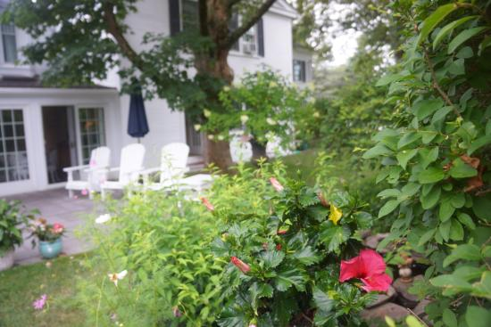Chatham Gables Inn: Garden has lots of seating