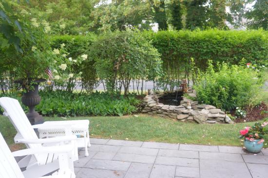 Chatham Gables Inn: Garden overlooking tranquil fountain