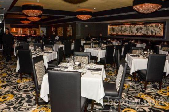 Morton's The Steakhouse: Beautful decor