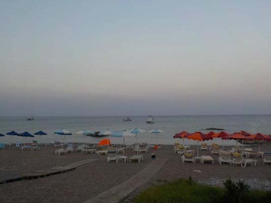 Stegna Mare Apartments : The beach in front of the apartments in the evening