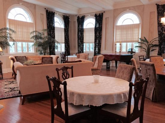 The Firehouse Inn: Can certainly be used as a meeting room or lounge