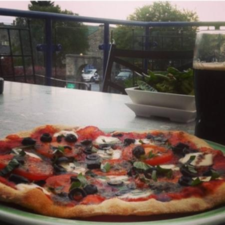 Lyndhurst Guest House: Devoured this amazing pizza at Brewery Arts Centre in Kendal