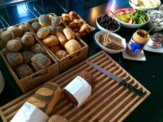 First Hotel Kolding: パンが豊富な朝食