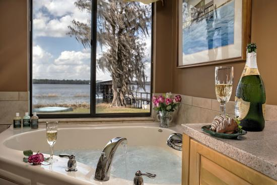 Hampton Lake Bed and Breakfast: Bath in Kim's Retreat