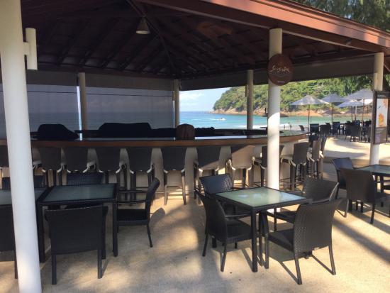 Le Meridien Phuket Beach Resort: One of the refreshment stations(bar)