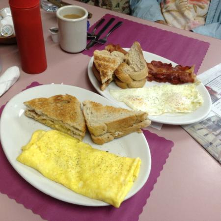 Savona, État de New York : Cheese & Sausage omelet, eggs over medium